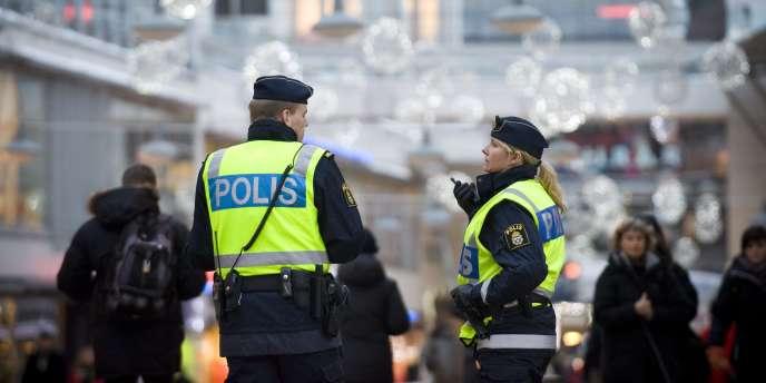 Des policiers patrouillent dans une rue de Stockholm, lundi 13 décembre 2010.