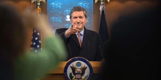 En 1995, le président Bill Clinton nomme Richard Holbrooke secrétaire d'Etat adjoint chargé de l'Europe, casquette sous laquelle il sera l'artisan des accords de Dayton, qui mirent fin à la guerre de Bosnie.