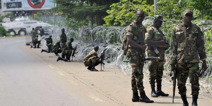 Des membres des forces de sécurité fidèles à Laurent Gbagbo avaient bloqué lundi pendant plusieurs heures l'accès à l'hôtel d'Abidjan servant de QG à Alassane Ouattara.