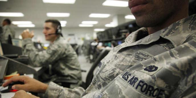 Des membres du personnel d'US Air Force consultent leurs ordinateurs en juillet 2010.