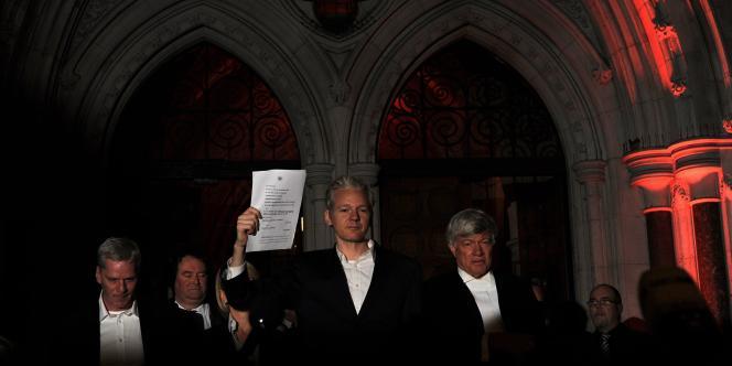 Le cofondateur de WikiLeaks, Julian Assange, libéré sous caution, s'adresse aux médias à sa sortie de la Haute Cour de Londres.