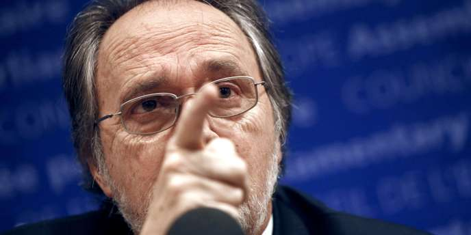 Dick Marty, le membre du Conseil de l'Europe auteur du rapport sur les trafics d'organes en Albanie, défend ses écrits devant la presse, jeudi 16 décembre à Paris.