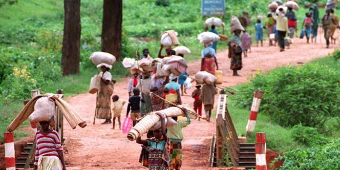 Des réfugiés fuient Kigali, le 11 mai 1994.