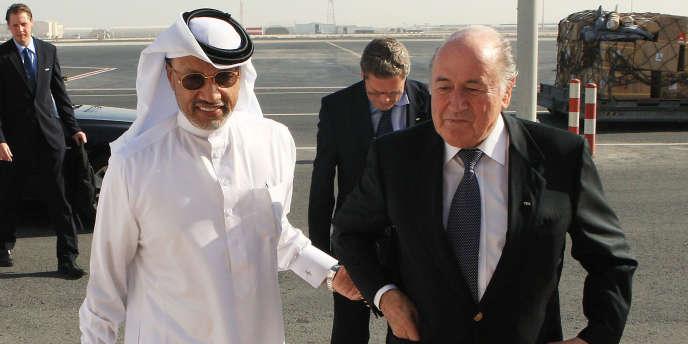L'ex-président de la Confédération asiatique de football, Mohammed Bin Hammam, ici avec le président de la FIFA, Joseph Blatter, est accusé de corruption.