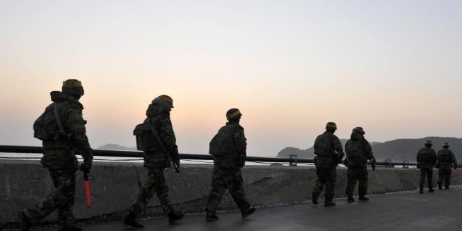 Des soldats sud-coréens patrouillent sur l'île menacée de Yongpyong.