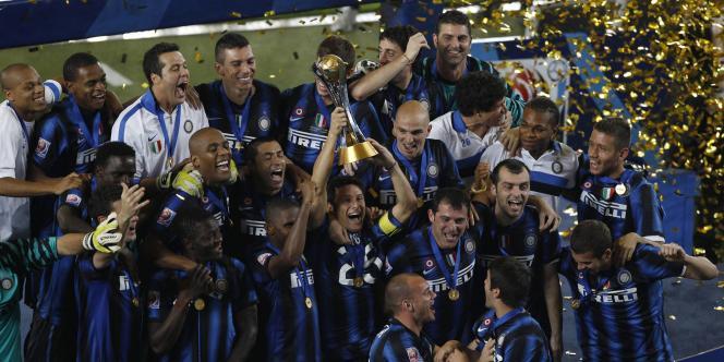 Javier Zanetti, le capitaine de l'Inter, soulève le trophée à la grande joie de ses coéquipiers.