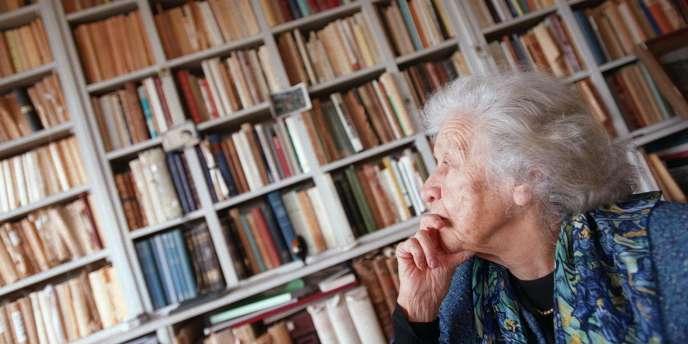 Jacqueline de Romilly, membre de l'Académie française, pose dans son appartement, le 12 février 2003 à Paris.