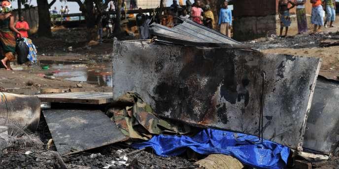 Le corps d'un soldat ivoirien gît sous une plaque de tôle, à Abobo, dans la banlieue d'Abidjan, vendredi 17 décembre.