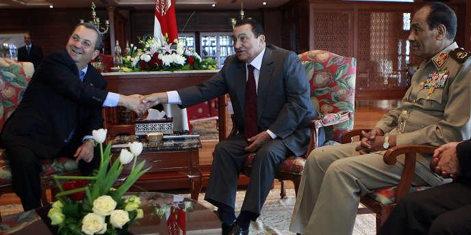 De gauche à droite : le ministe israélien Ehoud Barak, le président égyptien, Hosni Moubarak, et le ministre de la défense égyptien, Mohammed Hussein Tantawi, à Charm el-Cheikh en mai 2008.