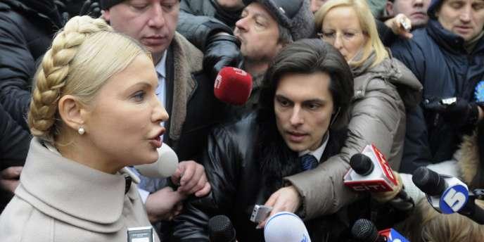 Ioulia Timochenko, devant le bureau du parquet général d'Ukraine, juste après l'annonce de son inculpation, lundi 20 décembre.