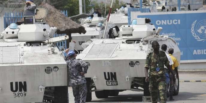 Des blindés de l'ONU devant le QG de l'opération de l'ONU en Côte d'Ivoire (Onuci), à Abidjan, le 20 décembre 2010.