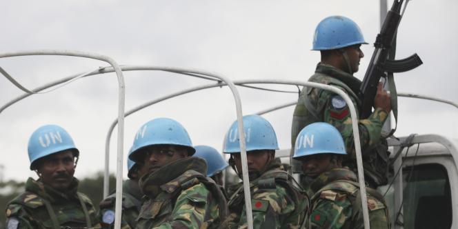 Des casques bleus protègent le siège de l'ONU en Côte d'Ivoire, à Abidjan, le 20 décembre.