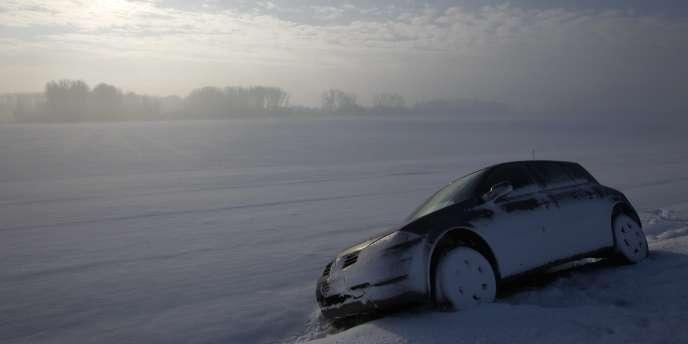 Une voiture immobilisée aux alentours de Cambrai lors des dernières fortes chutes de neige en France, lundi 20 décembre.