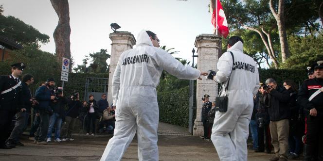 Des carabiniers italiens arrivent à l'ambassade de Suisse à Rome pour enquêter sur le colis piégé qui a fait un blessé grave, vendredi 23 décembre.