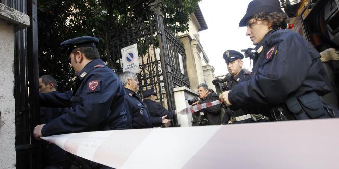 Des policiers italiens bloquent l'entrée de l'ambassade du Chili à Rome, peu après qu'un colis piégé ait explosé, jeudi 23 décembre.