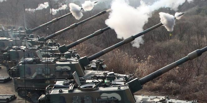 Séoul procède à des manœuvres militaires, à quelques kilomètres de la frontière avec la Corée du Nord, le 23 décembre 2010.