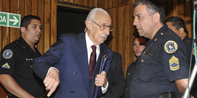 L'ancien général Jorge Videla, à sa sortie du tribunal de Cordoba, après l'énoncé de sa condamnation à la prison à vie, le 22 décembre 2010.