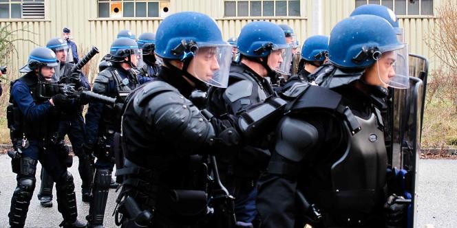 Des membres de la nouvelle unité mixte d'intervention rapide (UMIR), à Grenoble, le 23 décembre.