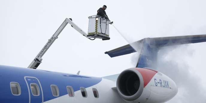 Les 15 000 salariés de Servisair contrôlent les billets, mettent les bagages dans les soutes, dégivrent les avions, les nettoient aux escales, etc., en particulier dans les aéroports américains et britanniques.