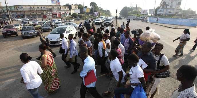A un carrefour d'Abidjan, le 22 décembre. Selon le HCR, plus de 19 000 Ivoiriens ont rejoint le Libéria pour fuir les affrontements entre partisans de Gbagbo et soutiens de Ouattara.