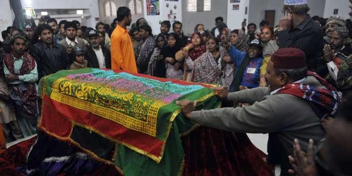 Des milliers de Pakistanais se sont rassemblés sur la tombe de l'ancienne première ministre Benazir Bhutto lundi 27 décembre.