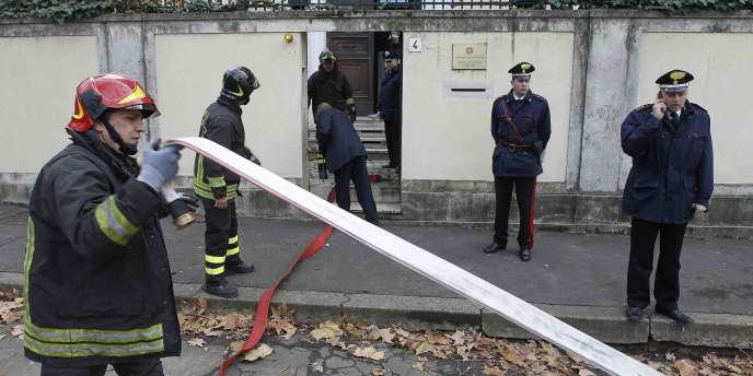 Des pompiers et des carabiniens interviennent à l'ambassade de Grèce à Rome, lundi 27 décembre.