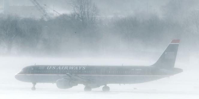 Les aéroports desservant New York resteront fermés lundi au moins jusqu'à 16 heures, heure locale pour cause de blizzard.