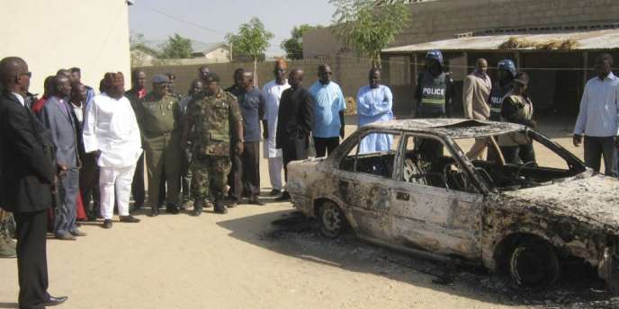 Les restes d'une voiture brûlée au lendemain de violences antichrétiennes, le 25 décembre, à Maiduguri, au Nigeria.