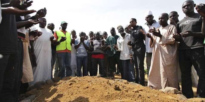 Prière autour d'une tombe collective de victimes des violences religieuses à Jos, dans le centre du Nigeria, en 2010.