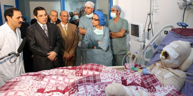 Photo publiée par la présidence tunisienne de la visite de M. Ben Ali auprès de Mohamed Bouazizi, qui s'est immolé par le feu pour protester contre la confiscation de sa marchandise par la police.