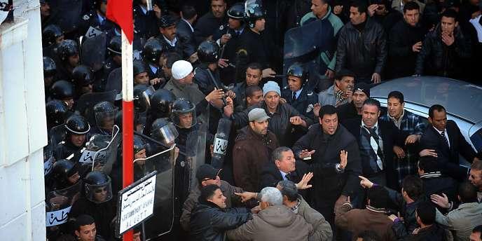 Des manifestants s'opposent à la police tunisienne, le 27 décembre, à Tunis.