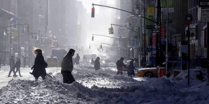 Dans les rues de New York, lundi 27 décembre, après le passage de la tempête qui a perturbé le trafic aérien.