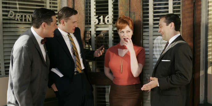 L'actrice Christina Hendricks dans le rôle de Joan, entourée par ses collègues : les publicitaires new-yorkais de