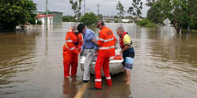 Des centaines de personnes ont été évacuées, mardi 28 décembre, dans l'est de l'Australie, où plusieurs villes sont envahies par les eaux.