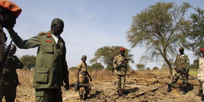 Le 11 décembre 2010, l'armée sud-soudanaise près d'un cratère creusé par un bombardement à la frontière du Darfour.