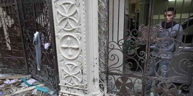 Un copte égyptien observe les dégâts causés à une église d'Alexandrie par un attentat, qui a fait 21 morts, le 1er janvier 2011.