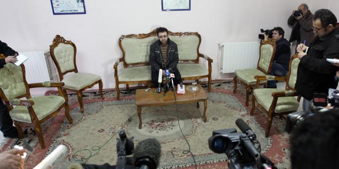 Sajjad Qaderzadeh, le fils de Sakineh, s'exprime devant des journalistes étrangers, le 1er janvier, à Tabriz, en Iran.