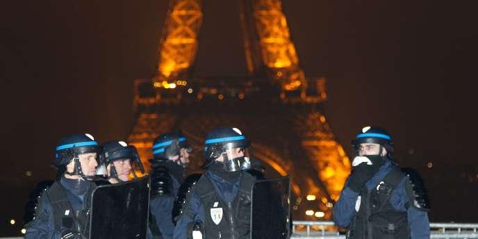 Des policiers mobilisés à Paris pendant la nuit du réveillon.
