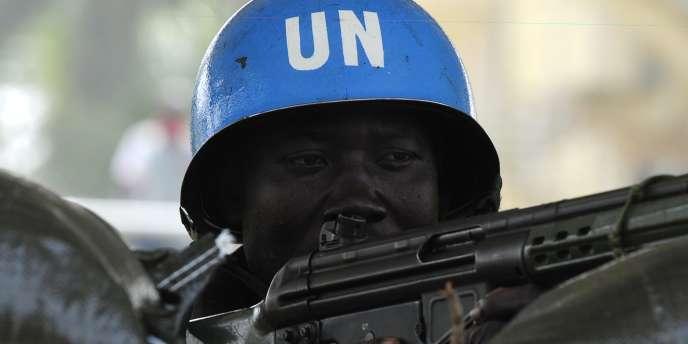 Un casque bleu de l'ONU protège le QG d'Alassane Ouattara, à Abidjan, le 1er janvier.
