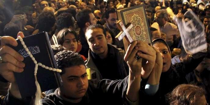 Des chrétiens d'Egypte aux funérailles des victimes de l'attentat d'Alexandrie, samedi 1er janvier.