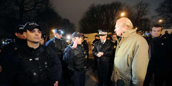 Le ministre de l'intérieur, Brice Hortefeux, rend visite à des policiers à Paris à l'occasion de la nuit de la Saint-Sylvestre.