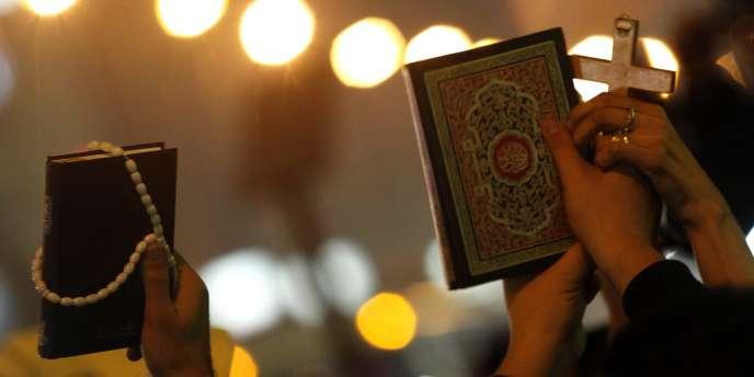Chrétiens et musulmans s'unissent dans la prière aux obsèques des victimes des attentats d'Alexandrie.