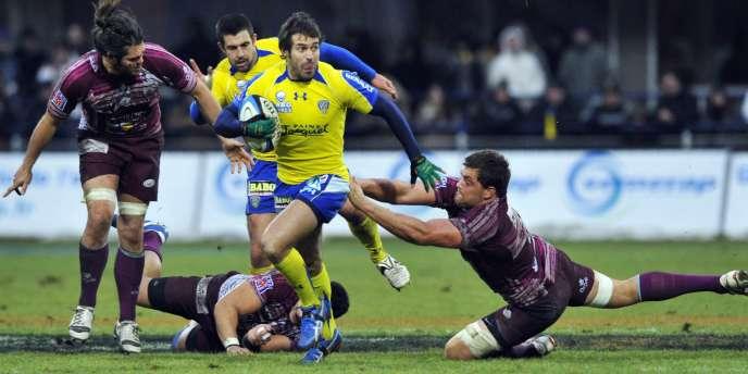 Le demi d'ouverture de Clermont, Brock James, s'échappe lors du match de son équipe contre Bourgoin-Jailleu, le 2 janvier.