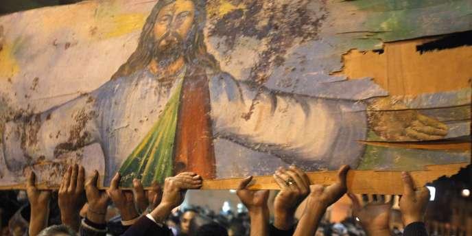 Des coptes manifestent dimanche 2 janvier, deux jours après l'attentat qui a fait 21 morts devant l'église des saints d'Alexandrie.