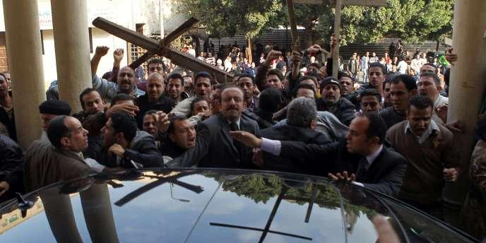 Le Caire, dimanche 2 janvier 2011. Des officiels venus en délégation à la cathédrale Saint-Marc ont été pris à partie par des manifestants.