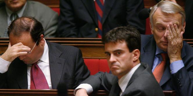 Manuel Valls, à l'Assemblée nationale en 2006, entre François Hollande et Jean-Marc Ayrault.