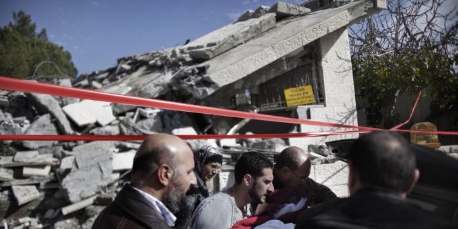 Les habitants dont la maison a été démolie le 3 janvier 2011 dans le quartier de Cheikh Jarrah, à Jérusalem-Est, sortent leur biens des décombres.