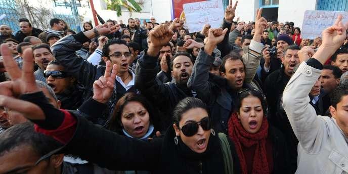 Des jeunes Tunisiens manifestent à Tunis, le 27 décembre 2010.