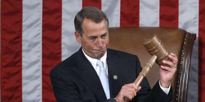En larmes, John Boehner a reçu des mains de Nancy Pelosi le maillet qui symbolise la fonction de