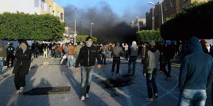 Dans les villes de l'intérieur de la Tunisie, comme ici à Sidi Bouzid, les manifestations se sont multipliées depuis le suicide du jeune vendeur ambulant.